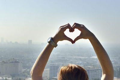 Handen vormen een hartje