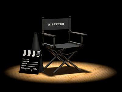Regisseursstoel met megafoon en klapbord